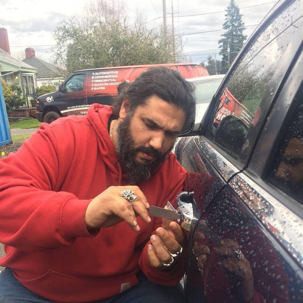 How do Locksmith Monkey unlock your car door